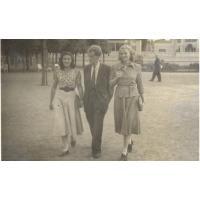 Alfdera Zeszutek (z domu Olichwierówna) na spacerze z koleżanką i kolegą, Sopot, przy molo, 21.06.1949