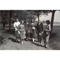 Alfreda Zeszutek (pierwsza z prawej) z synkiem i rodziną w Parku Północnym l.60. XX w.