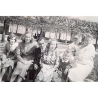 Rodzina Alfredy Zeszutek przed molo, Sopot lata 50. XX w.