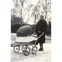 Amelia Heising-Poszowska na spacerze z córką Gosią, Sopot 1958 r.