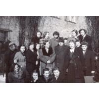 Klasa Ameli Heising-Poszowskiej przed szkołą ul. Książąt Pomorskich, lata 50. XX w.