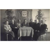 Od lewej Moryś Janowski, Marian Antoniak, Władysław Walentynowicz, Władysław Bukowiecki, Pułkownik od SW, Roman Heising, Paweł Podejko, 1955 r.