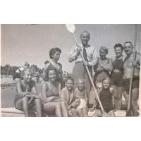 Rodzina Heising na kajaku przy molo, Sopot lata 40. XX w.