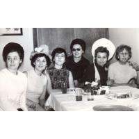 Sylwester 1964 lub 1968 od lewej p. Wojciechowska i p. Jagusińska, dyr. Gralak, Hanka Przybylska, Amelia Poszowska, Helena Sobańśka