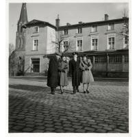 Przed hotelem Dworcowym od lewej stoją członkowie rodziny Szymborskich, Sopot 1947 r.