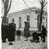 Rodzinny spacer Szymborskich w okolicach molo, Sopot 1947 r.