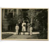 Ślub Elżbiety i Konrada Kierkowskich, obok stoi Irena Szymborska z synami Andrzejem i Krzysztofem, Sopot 1948 r.