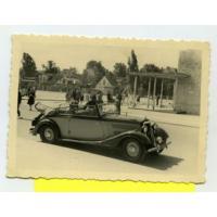 Samochód rodziny Szymborskich na placu przed molo, Sopot 1947 r.