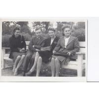 Na ławce od lewej Halina Łoś - Szczerba, Jerzy i Alina Figarscy oraz Maria Szymborska, Sopot lato 1946 r.