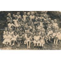 Wycieczka szkolna dzieci ze szkoły w Kamiennym Potoku (Steinfless), wśród uczestników klasa pani Anny z nauczycielką panią Arendt, obecny teren Grodziska,1937 rok