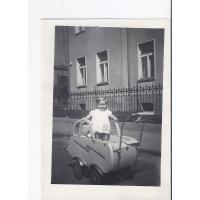 Barbara Nawrocka w wózku na ul. Jagiełły, Sopot 1950 r.