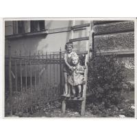 Barbara Nawrocka z kolegą przy ul. Jagiełły 9, Sopot lata 50. XX w.