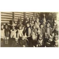 Choinka w przedszkolu na ul. Majkowskiego. Pod choinką trzecia od prawej Barbara Skrzypek, Sopot 1951 r.