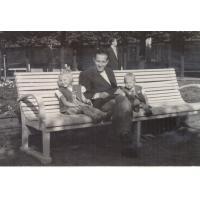 Kazimierz Skrzypek z córkami, Sopot 1950 r.