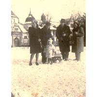 Od lewej Halina i Kazimierz  Skrzypek z córką Basią i państwo Popowie, Sopot styczeń 1948 r.