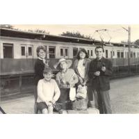 Od lewej stoi Barbara Skrzypek, Hanna Skrzypek, kolega Andrzej. Siedzą mieszkańcy Sopotu Ala Adamczyk i Marek Kajzer, Sopot 1965 r.
