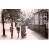 W drodze na plażę, Łazienki Północne, Halina Skrzypek z córkami, Sopot 1952 r.