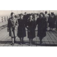 Jadwiga Budnik (druga z lewej) z koleżankami na molo,Sopot, l. 50. XX w.
