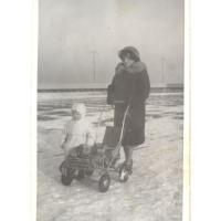 Jadwiga Szwemińska z córką Beatą, Sopot, l. 60. XX w.