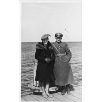 Eufozyna i Edward Trzeciakowie na molo, Sopot 1945 lub 1946 r