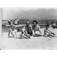 Eufrozyna i Edward Trzeciakowie z synami Bogdanem i Stanisławem na plaży, Sopot 1946 r