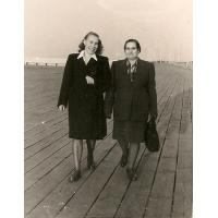 Janina Mazur z sąsiadką na molo, Sopot 1947 r.