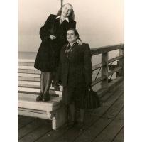 Janina Mazur z sąsiadką, Sopot 1947 r.