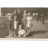 Kazimierz i Janina Mazur oraz bratowa, dzieci - Grażyna, Bohdan, Krystyna i Halina, Sopot 1948 r.