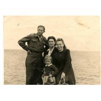 Kazimierz i Janina Mazur z sąsiadką (w środku) i córką Grażyną, Sopot 1946 r.
