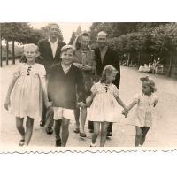Kazimierz Mazur z żoną i bratem Aleksandrem oraz ich dzieci, Sopot 1946 r.
