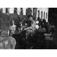 Bryczka z osiołkiem przed Zakładem Balneologicznym, Sopot 1957. Archiwum rodziny Kotowiczów
