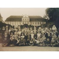 Dzieci z sopockiej ochronki na wycieczce w Gdańsku przed Pałacem Opatów, Gdańsk 1933 r.