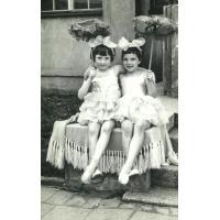 Występy sopockich rytmiczek z grupy pani Staniewskiej, Emilia Pakalska z Julitą Oględzką, Gdynia 1960 r.