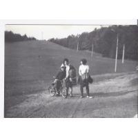 Dariusz Pakalski z mamą i siostrą na rowerze na Łysej Górze, Sopot 1968 r.