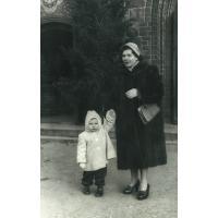 Ziuta Pakalska z córką Emilią przed kościołem pw. Św. Jerzego, Sopot 1957 r.