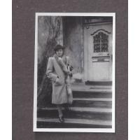 Alicja Niewęgłowska na schodach własnego domu, Sopot lata 40. XX w.