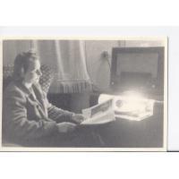 Alicja Niewęgłowska przy radioli, Sopot lata 50. XX w.