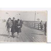 Alicja Niewęgłowska, Stefan Kaczorowski i Alicja Jung na molo, Sopot 1946 r.