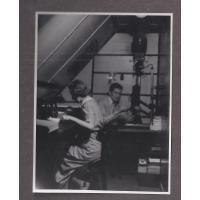 Atelier fotograficzne Stefana Kaczorwskiego. Obok na zdjęciu Alicja Niewęgłowska, Sopot lata 50. XX w.