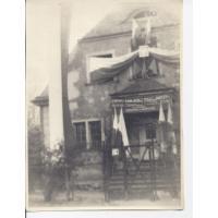 Dom rodziny Niewęgłowskich. Dekoracja biura Związku Zawodowego Pracowników Przemysłu Budowlano - Ceramicznego z okazji 1 Maja, Sopot 1947