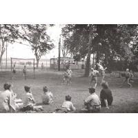 Gra w piłkę w PDD nr 5, w tle widoczny tramwaj  łączący Oliwę z Sopotem, po 1945 r.jpg