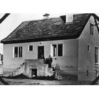 Tadeusz Michalczewski, architekt Spółdzielni Nauczycielskiej z Marianem Sztobrynem i Emilią Sawicką przed domem na ul. Polnej, Sopot 1958 r.