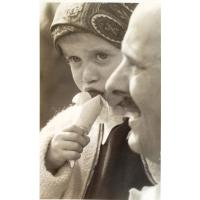 Marian Sztobryn z córką Anną jedzą lody mewa, Sopot lata 60. XX w.