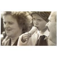 Grażyna i Marian Sztobryn z córką Anną na lodach, Sopot lata 60. XX w.