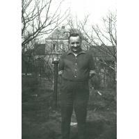 Marian Sztobryn w ogrodzie, ul. Polna, Sopot 1969 r.
