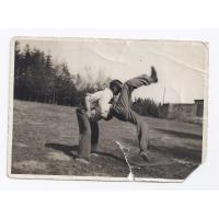 Gustaw Roth-Kowalski i jego kuzyn Wiktor Hałas podczas ćwiczeń gimnastycznych.