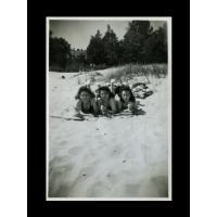 Halina Michalak z koleżankami na plaży, Sopot 1946 r.jpg