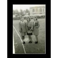 Halina Michalak z koleżankami pozują przed dawnym Domem Zdrojowym, Sopot 1946 r.jpg