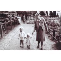 Hilde Basner z dziećmi przed wejściem do domu przy ul. Kościuszki, Sopot 1939 r.