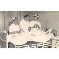 Zdjęcie pozowane - leży Irena Wieloszewska, lekarz Innocenty Wieloszewski, Sopot 30.04.1952 r.